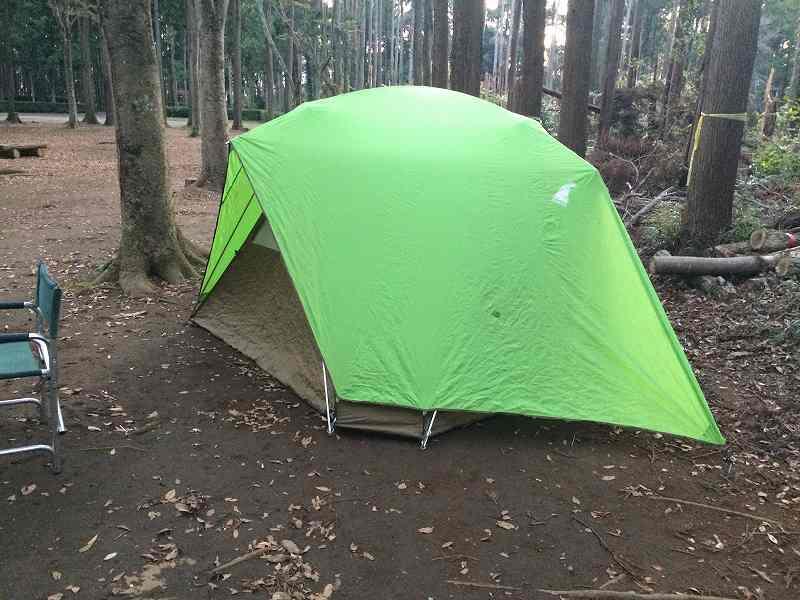 【薪の香りが懐かしい】火を囲む晩秋のお手軽キャンプ【節約コース】テント設営3