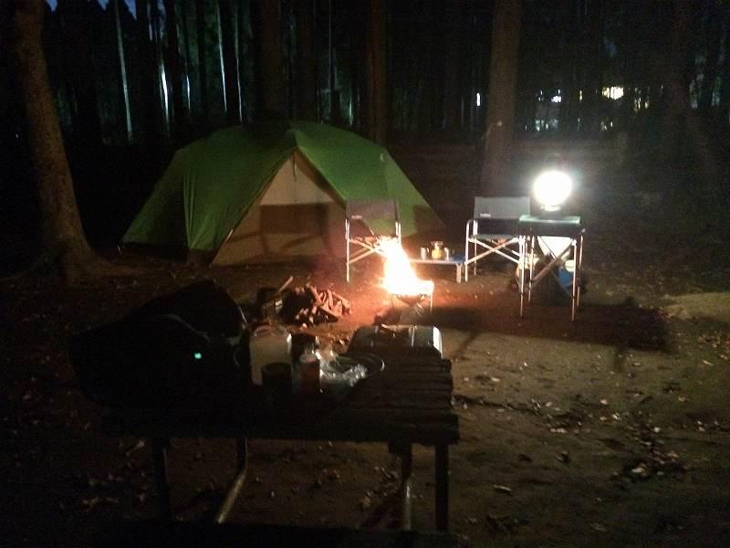 【薪の香りが懐かしい】火を囲む晩秋のお手軽キャンプ【節約コース】ランタン点灯